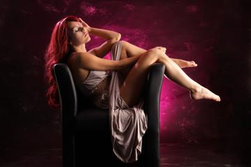 Frau entspannt im Sessel