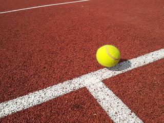 Tennisball knapp auf der Linie - Punkt