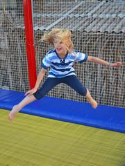 kind beim hüpfen