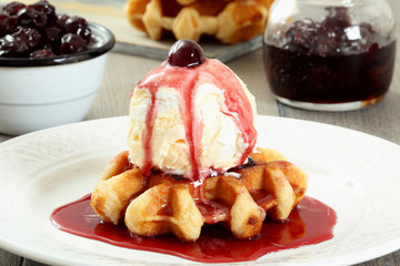 dolce waffle con gelato di amarene