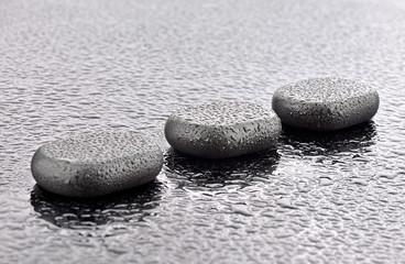 Mokre kamienie bazaltowe