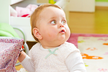 Kleines Mädchen mit neugierigem Blick