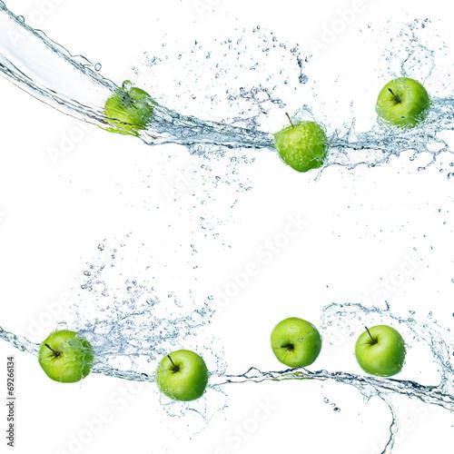 Fototapete green apples in splash of water isolated