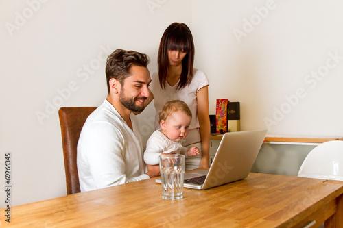 familie zu hause informiert sich im internet stockfotos. Black Bedroom Furniture Sets. Home Design Ideas