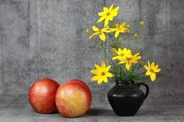 Stilleben : Blumen und Nektarinen