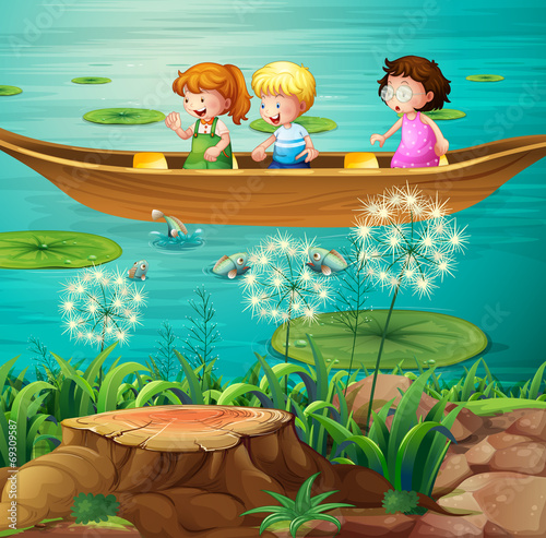 дети катаются на лодке