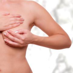junge Frau beim scanenen der Brust