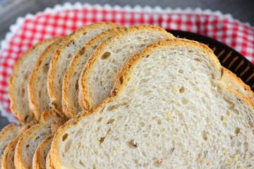 Foto auf Acrylglas Bäckerei Vers meergranenbrood op een bord met servet