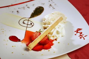 Speiseeis, angerichtet mit Erdbeeren