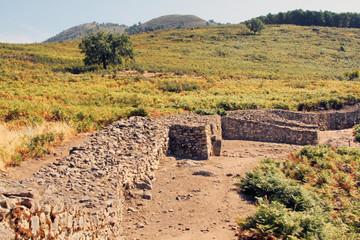 Wall Mural - Restos murallas castro vetón, Raso de Candeleda, España