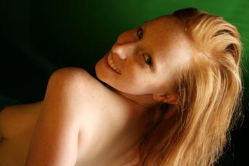 Lächelnde rothaarige Frau mit Sommersprossen