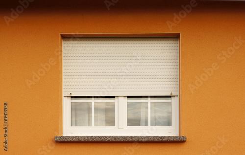 modernes kunststofffenster mit halb geschlossenem rollladen stockfotos und lizenzfreie bilder. Black Bedroom Furniture Sets. Home Design Ideas
