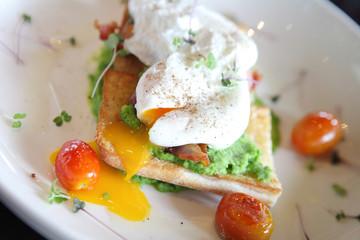 peas poached eggs