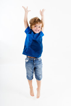 Junge beim Springen