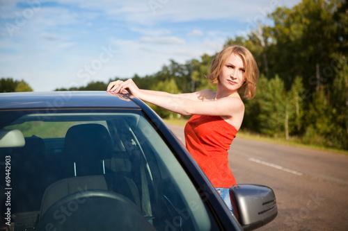 возле машины фото