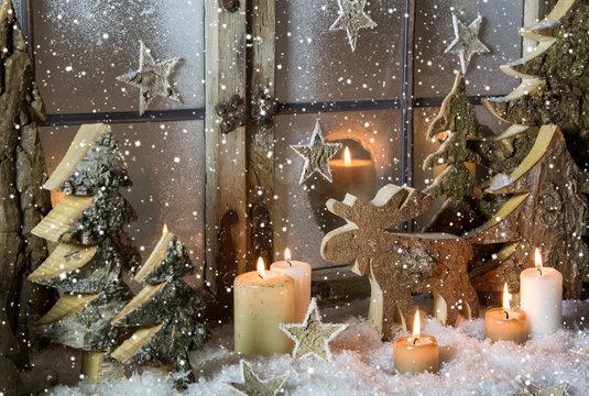 Natürliche Weihnachtsdekoration mit Kerzen und Holz