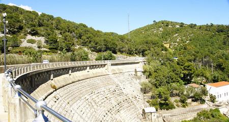 Muro de contención de la presa del pantano de Foix, Barcelona