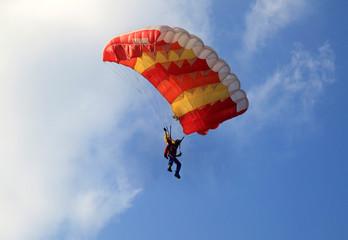 Paracadute giallo e rosso