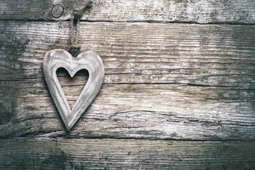 Herz auf Holz hängt an alter Holzwand