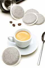 espresso caffe bustine su tavolo bianco