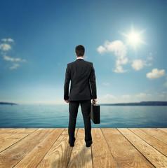 Fototapete - Businessmann steht vor dem See