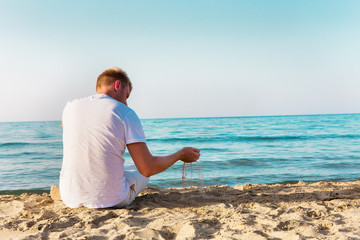 Einsamer Mann auf dem Strand auf Kreta in Griechenland