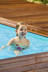 Junges Mädchen spielt im Swimming Pool