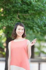 スマートフォンを持つ若い女性
