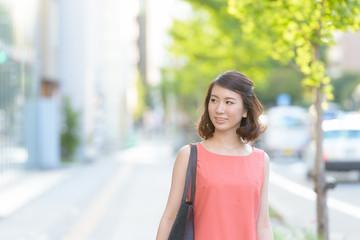 街を歩く若い女性