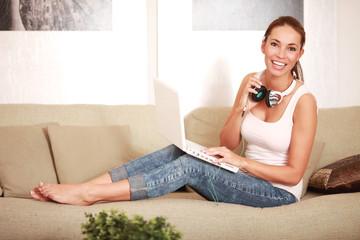 Frau im Wohnzimmer mit Notebook