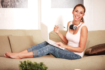 Frau auf Sofa mit Laptop
