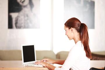 junge Frau in Geschäftssituation