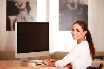 junge Frau vor einem Bildschirm