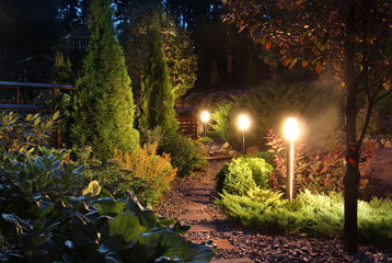 Photo sur Plexiglas Jardin Illuminated garden path patio