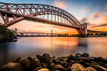 Fototapete - Hell Gate and Triboro bridge at sunset