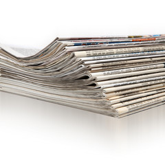 Ein Stapel aktueller Zeitungen