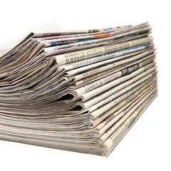 Gefaltene und gestapelte Zeitungen