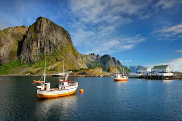 Wall Mural - Norwegia, Lofoty, Sakrisoy, Kuter do połowu ryb