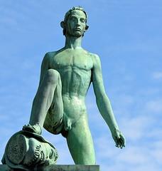 statue...homme posant son pied sur une tête décapitée