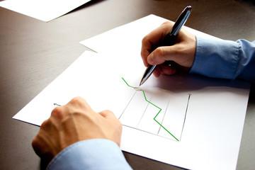 Geschäftsmann erstellt Diagramm
