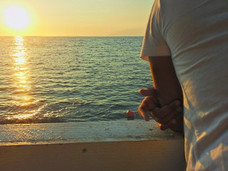 Guardando il tramonto sul mare