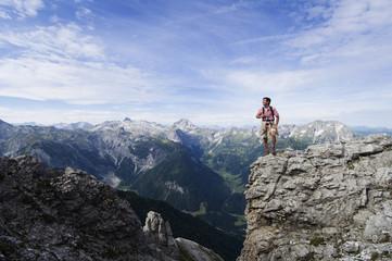 Österreich,Salzburger Land,junger Mann auf Berg