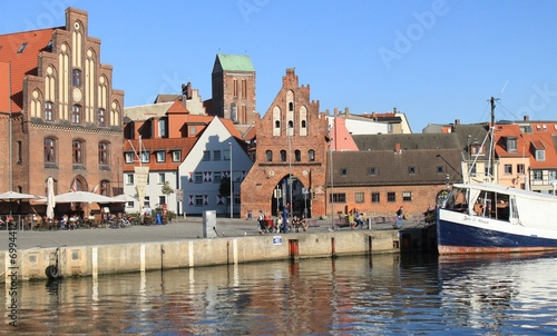 alter hafen mit wassertor in wismar. Black Bedroom Furniture Sets. Home Design Ideas