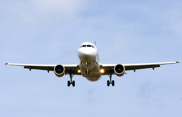 Avión comercial volando Fototapete