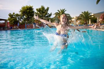 девушек в бассейне фото