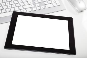 tablet mit weißer fläche auf schreibtisch