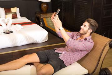 Selbstporträt im Hotel
