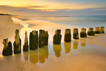 Morze, piękna plaża o wschodzie słońca