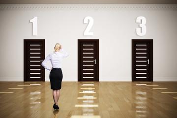 Geschäftsfrau steht vor der Wahl zwischen 3 Optionen
