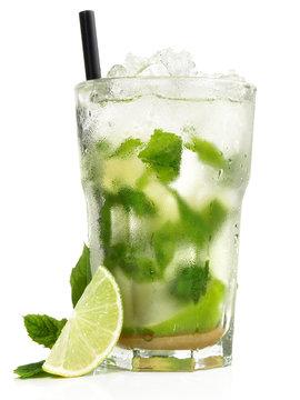 Mojito Cocktail mit Minze und Limone - Freigestellt